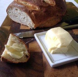 Das fertige Restebrot mit Butter