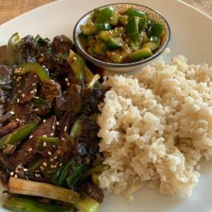 Rindfleisch mit Zwiebeln, Vollkornreis und Trümmergurkensalat