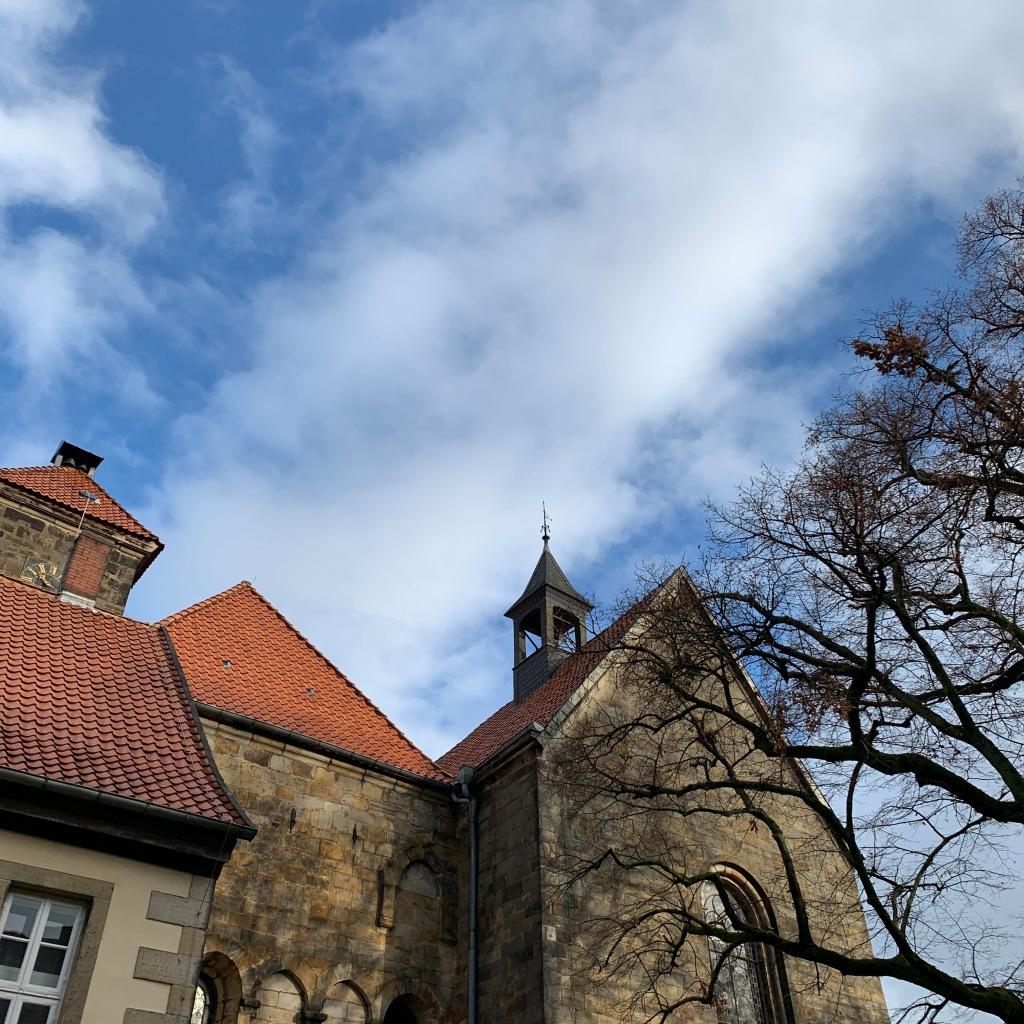 Wolken über Kloster und Kirche